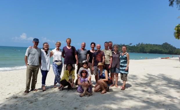 Stage Yoga Thaïlande groupe de stagiaires sur la plage