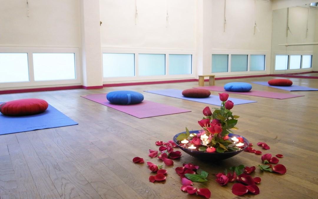 fleurs coussins Cours stages Yoga hatha exercices posture yogamanjali filla brion Paris 20